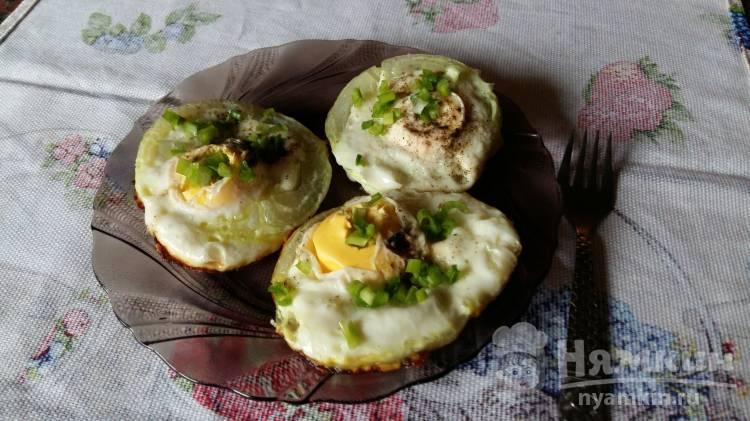Яйца в луковых кольцах с зеленью