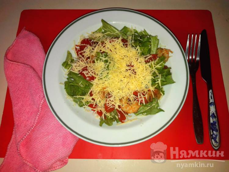 Салат с обжаренными креветками, помидорами и сыром