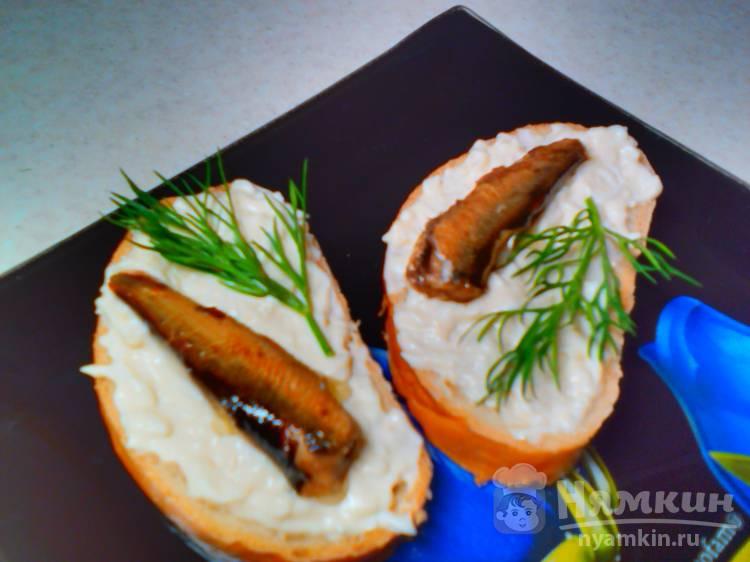 Бутерброды с тёртым яйцом и шпротами
