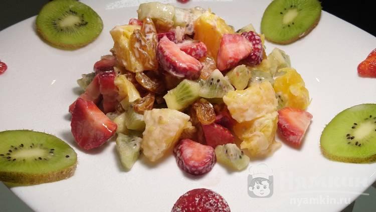 Фруктово-ягодный салат со злаковым йогуртом