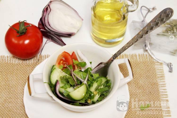Салат овощной с тыквенными семечками