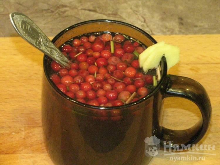 Брусничный чай с имбирём и мёдом