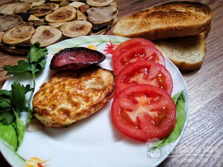 Двусторонняя яичница с колбасой