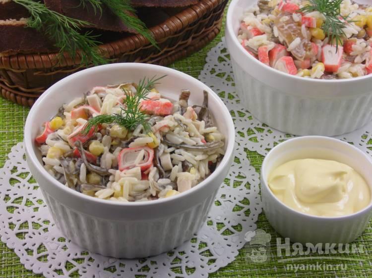 Салат с рисом, морской капустой и крабовыми палочками