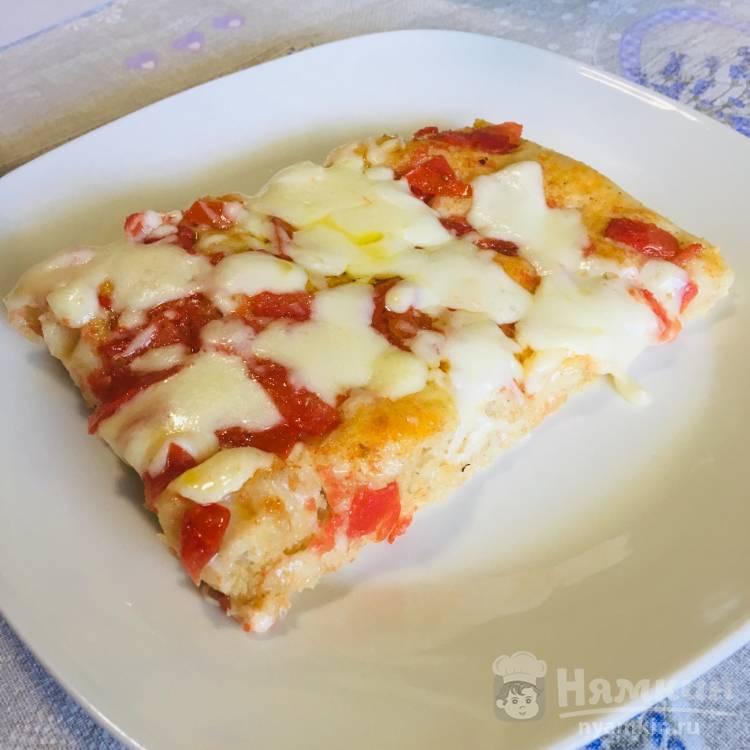 Пицца со свежими помидорами и моцареллой