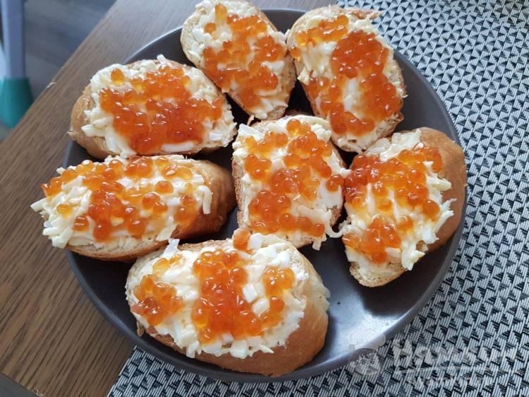 Бутерброды с сыром яйцом и икрой