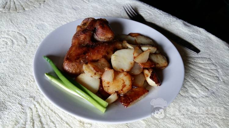 Жареные крылышки с картофелем