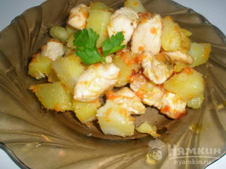 Жареная картошка с курицей и чесноком в специях
