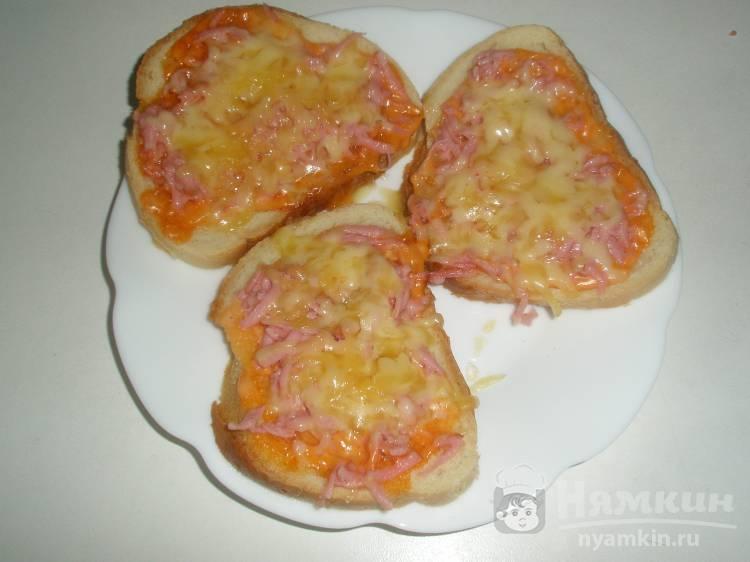 Горячие бутерброды с тертыми сосисками и сыром