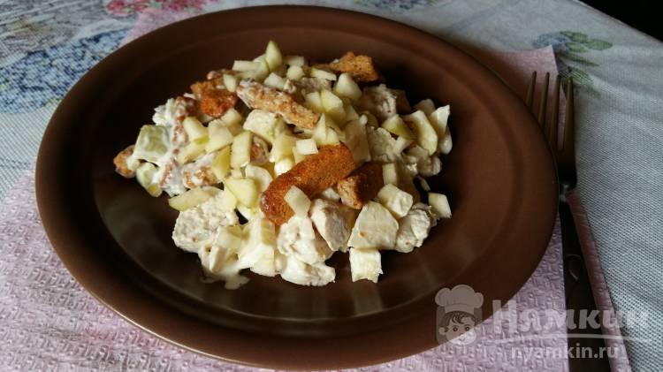 Салат с яблоком и сухариками