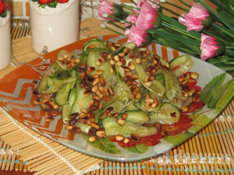 Салат из огурцов с кедровыми орешками