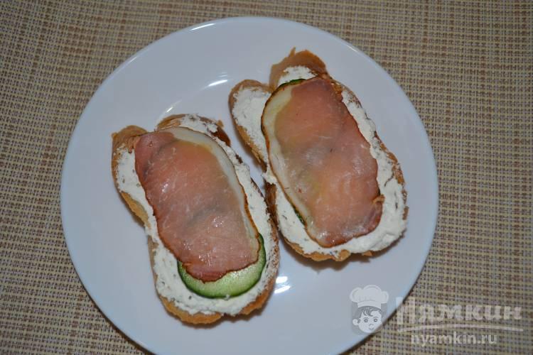 Бутерброды с творожным сыром, огурцом и копченым балыком