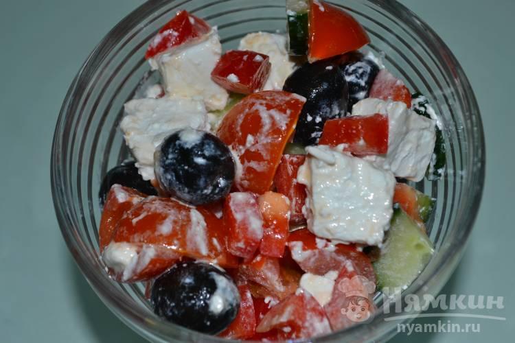 Овощной салат с сыром и маслинами