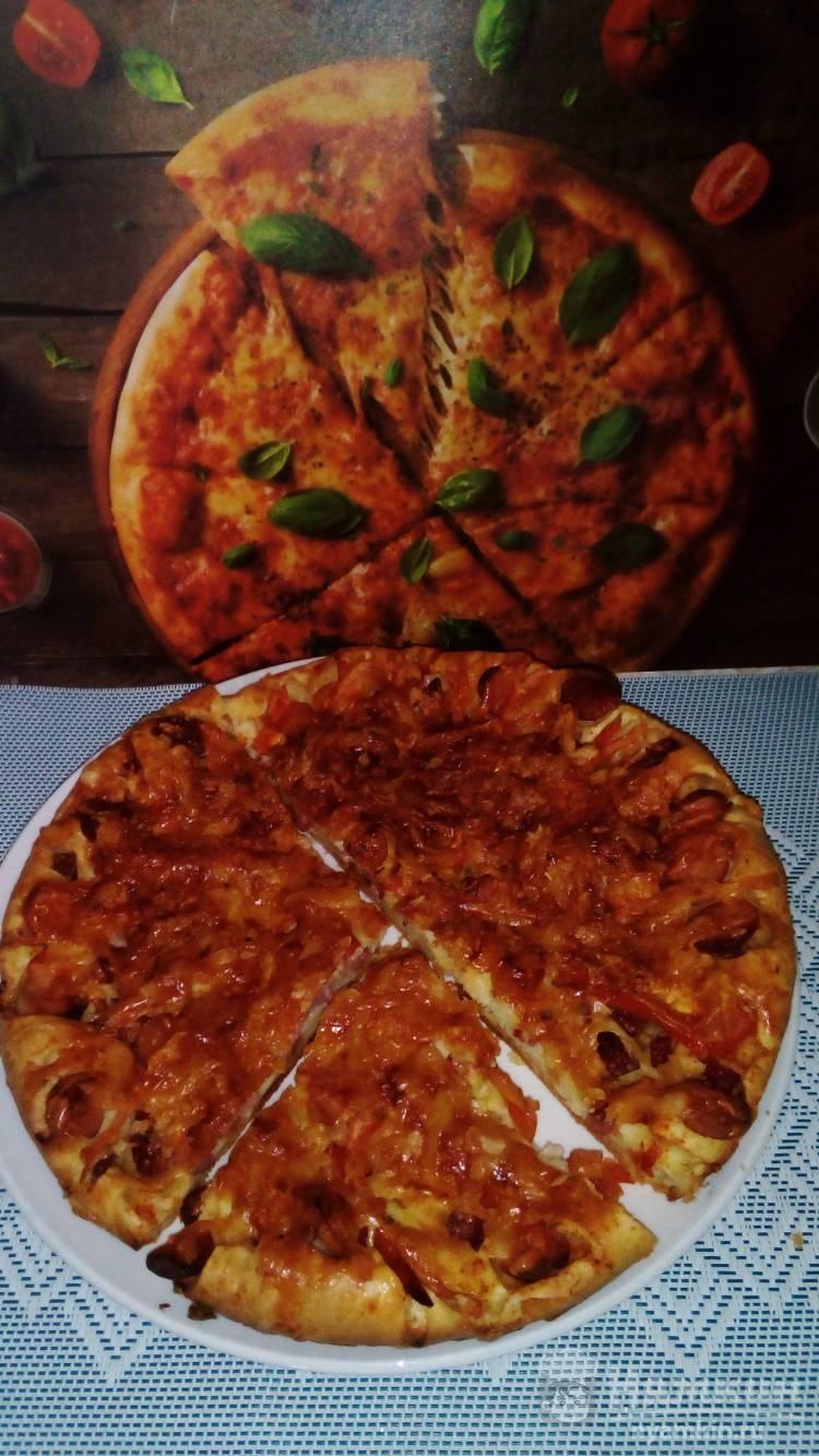 Майонезная пицца с колбасой, паприкой и помидором