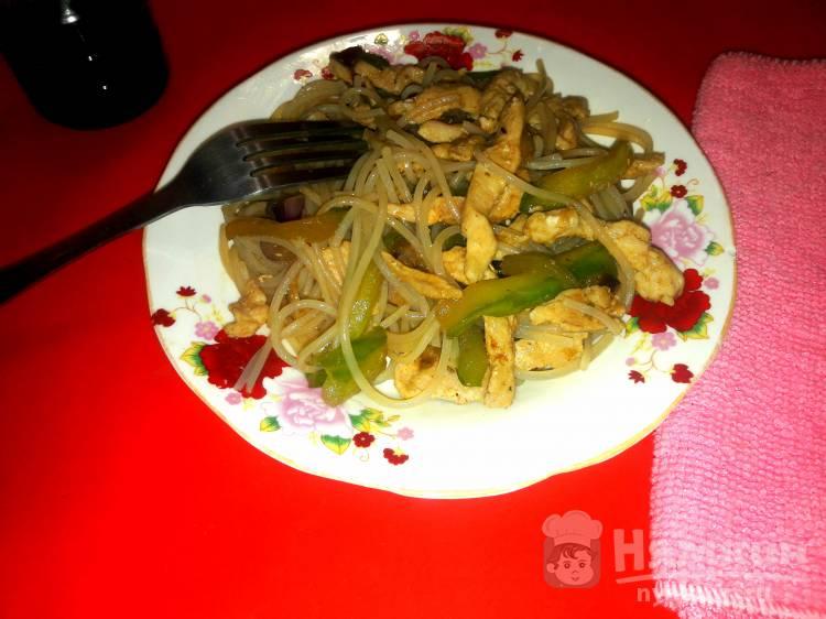 Теплый салат из фунчозы с огурцом и мясом