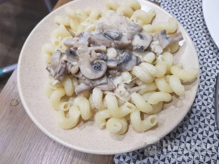Жареные грибы со сметаной и сыром