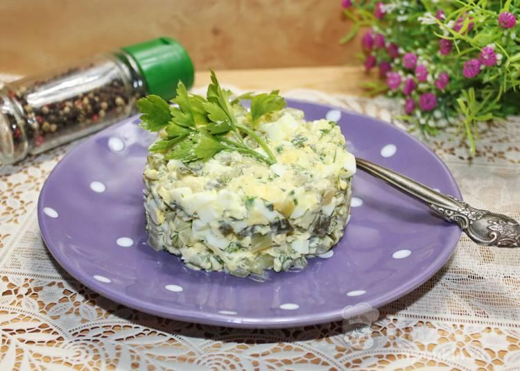 Салат с яйцами, солеными огурцами и сыром