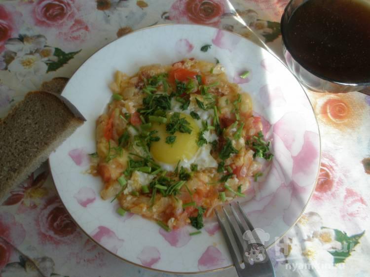Глазунья с луком, сыром и помидорами
