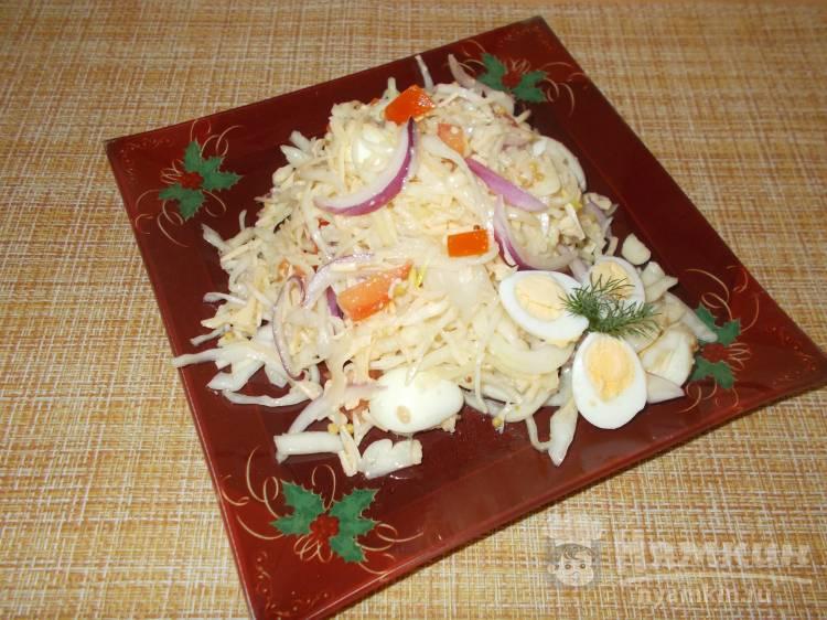 Капустный салат с сыром и перепелиными яйцами