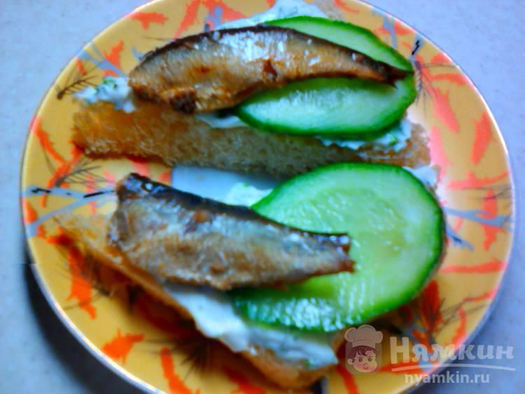 Бутерброды с зеленью, огурцом и шпротами