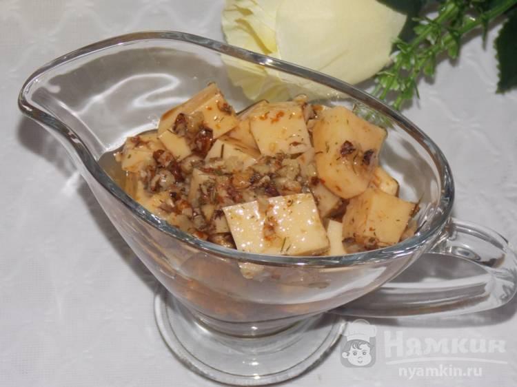 Быстрый маринованный сыр с грецкими орехами