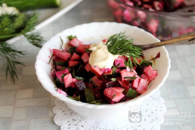 Салат со свёклой, яйцами, огурцом и колбасой