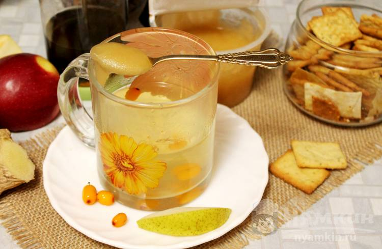 Фруктово-ягодный зеленый чай с медом и имбирем
