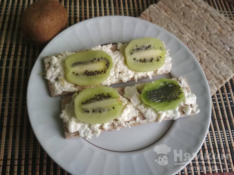 Бутерброды с плавленым сыром, чесноком и киви