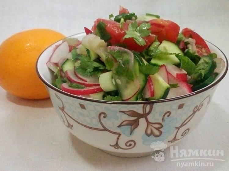 Салат овощной с редисом и кунжутом