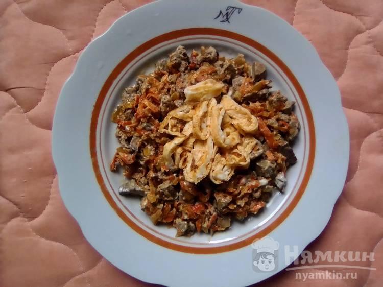 Печеночный салат с яичным блинчиком