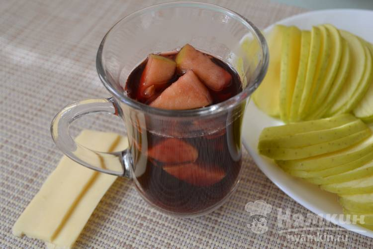 Глинтвейн из красного сухого вина с яблоком и апельсином