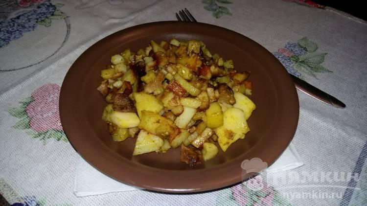 Жареный картофель с мясом и яблоками