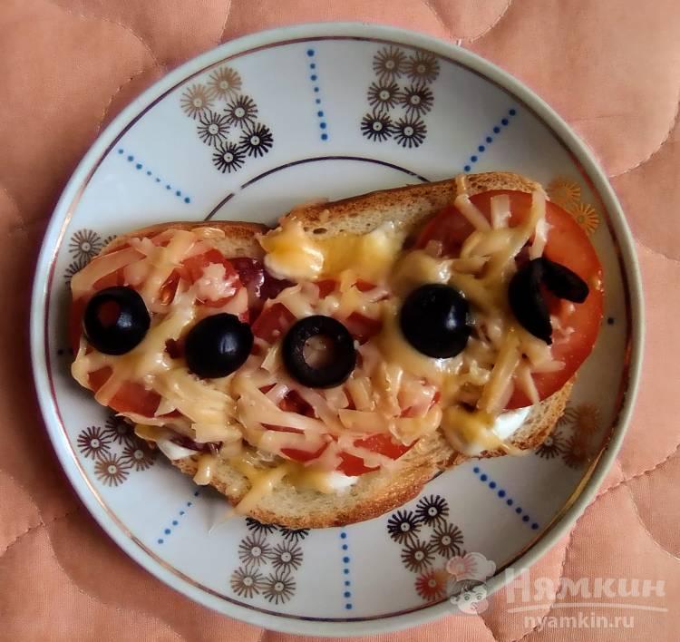 Горячий бутерброд с копчёной колбасой, помидорами и сыром