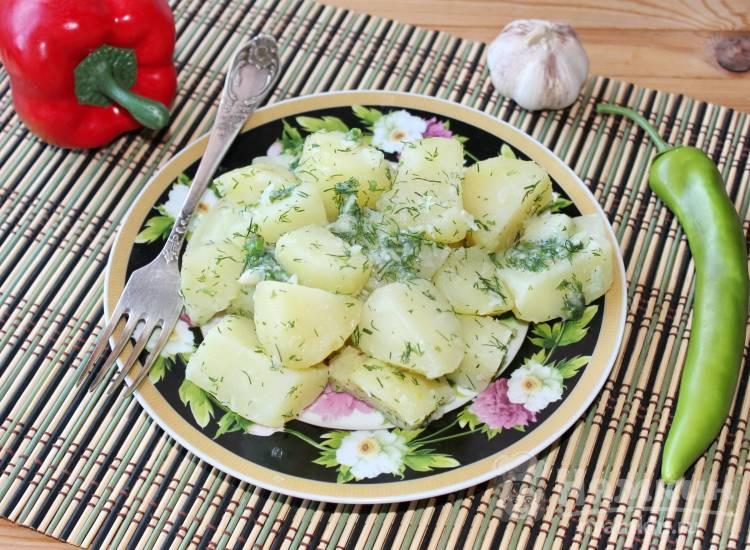 Отварной картофель с чесноком и зеленью