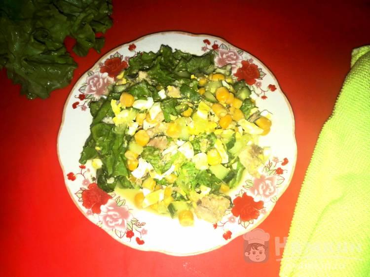 Салат с яйцами, кукурузой, огурцом и сардиной в масле