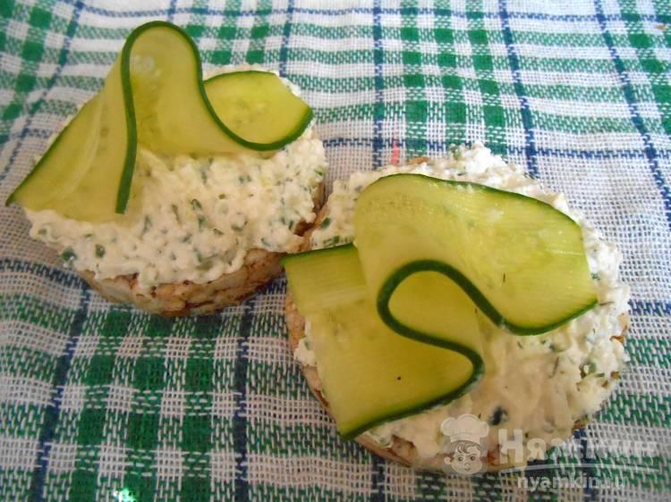 ПП бутерброды с творогом и огурцом на злаковых хлебцах