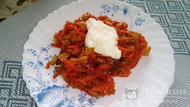 Пикантный салат с морковью по-корейски, фасолью и огурцами