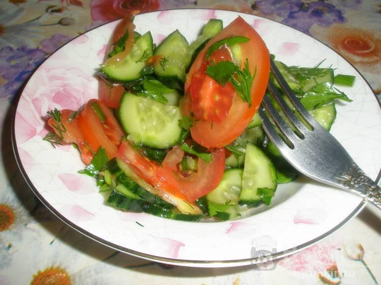 Салат из огурцов и помидоров в лимонно-масляной заправке
