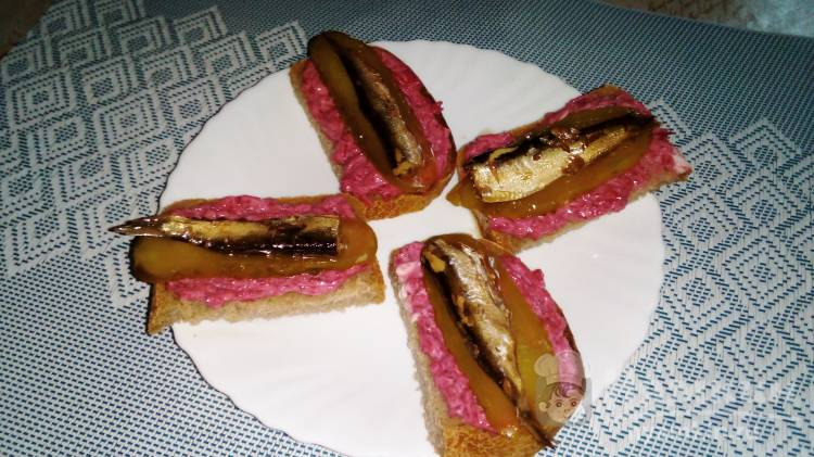 Бутерброды с бураком, шпротами и соленым огурцом