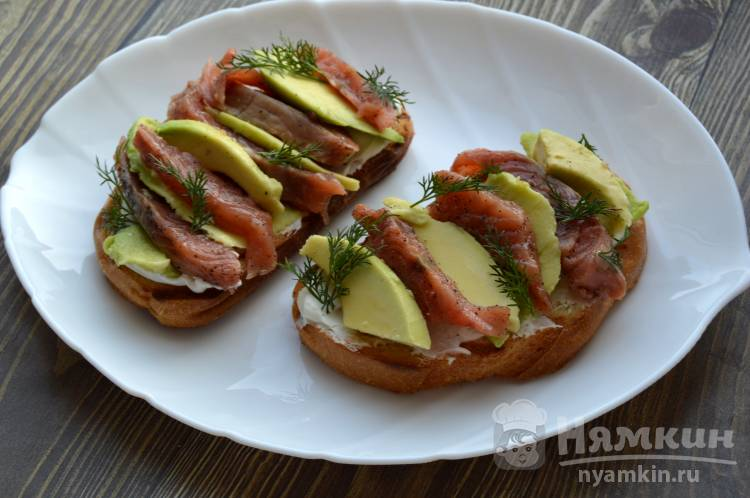 Бутерброд с горбушей и авокадо
