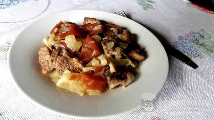 Жареное мясо с чесноком и грушей