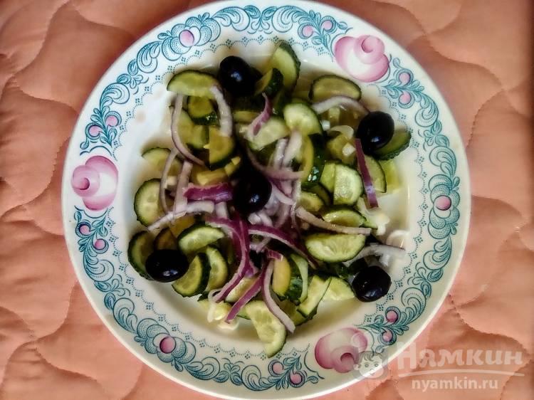 Весенний салат со свежим огурцом и маслинами