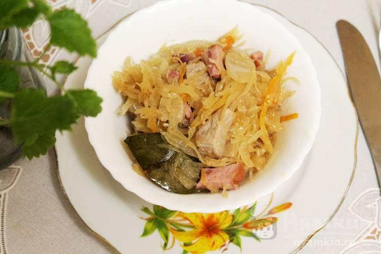 Солянка из квашеной капусты со свининой, колбасой и беконом