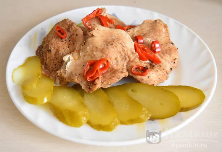 Острая куриная грудка на пару с красным перцем чили