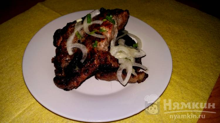 Шашлык из мяса на косточке с луком и уксусом