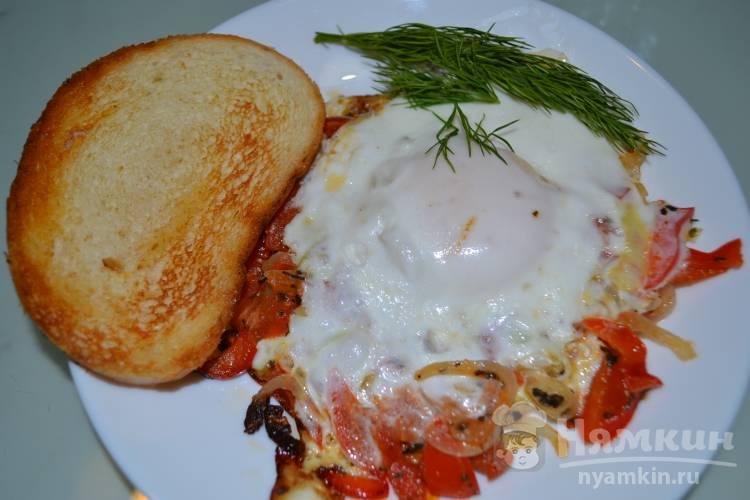 Яичница с луком, болгарским перцем и помидором