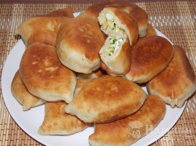 Жареные пирожки с зеленью и яйцами на сковороде