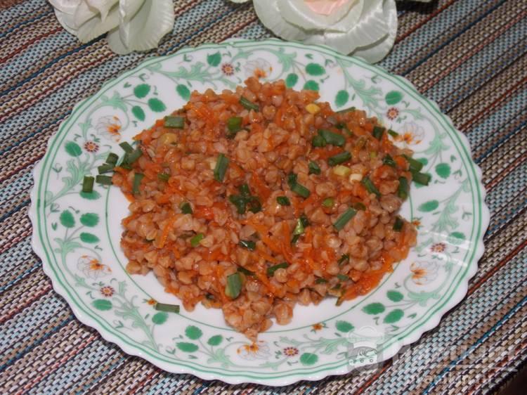 Постная гречка с морковью и зеленым луком