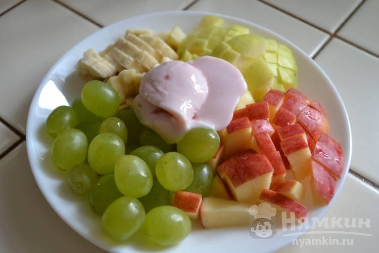 Фруктовый салат с бананом, яблоком и виноградом