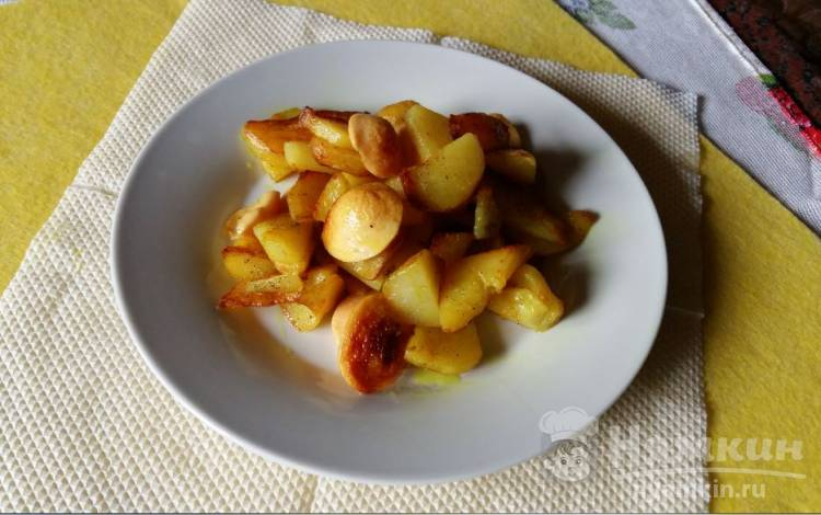 Жареный картофель с сардельками и куркумой